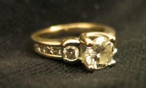 Fehér árnyalatban csillogó, arany karikagyűrű